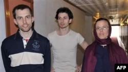 Từ trái: Shane Bauer, Josh Fattal, và Sarah Booth Shourd trước khi gặp mẹ của họ tại khách sạn Esteghlal, Tehran, 21/5/2010