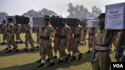 Los militares pakistaníes realizaron el funeral de los soldados muertos durante el incidente fronterizo.