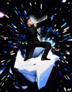 """ນັກຮ້ອງ ຂອງຣັດເຊຍ Sergey Lazarev ກຳລັງສະແດງ ໃນເພງ """"You Are the Only One"""" ໃນລະຫວ່າງ ການແຂ່ງຂັນຮ້ອງເພງຮອບສຸດທ້າຍ ຂອງລາຍການ Eurovision ໃນນະຄອນ Stockholm, ປະເທດ Sweden, ວັນທີ 14 ພຶດສະພາ 2016."""