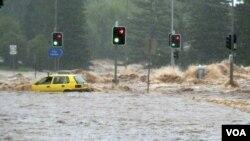 Seorang pengendara terjebak di dalam mobilnya yang terbawa arus banjir di kota Toowoomba, Queensland, Australia.