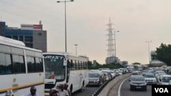 Jalan di kota Gurgaon biasanya padat dengan kendaraan, Selasa, 22 September, 2015. (Foto: A. Pasricha)