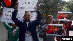 지난해 11월 시진핑 중국 국가주석이 베트남 하노이를 방문한 당시 시위대가 시 주석의 방문을 반대하고 있다. (자료사진)