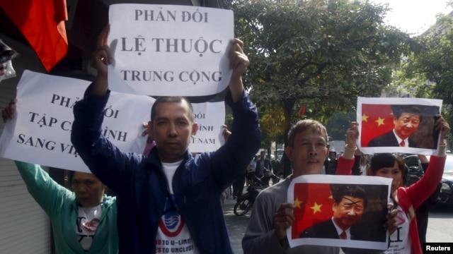 Nhiều người Việt ở Hà Nội và TPHCM xuống đường phản đối chuyến thăm của ông Tập Cận Bình hồi năm ngoái.