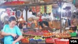 Naiknya harga barang-barang kebutuhan pokok dikeluhkan oleh masyarakat, khususnya kalangan menengah ke bawah (foto: dok).
