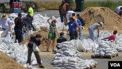 Los residentes reunidos en el estadio Pyramid Arena, ayudan a llenar bolsas de arena para reforzar las defensas en Memphis.
