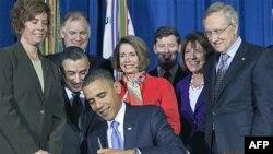 """TT Barack Obama ký đạo luật hồi tháng 12 năm ngoái để đảo ngược chính sách """"không hỏi, không nói"""" (ảnh tư liệu ngày 22 tháng 12, 2010)"""