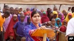 Malala Yousafza ari mw'ikambi y'impunzi y'i Dadaab muri Kenya.