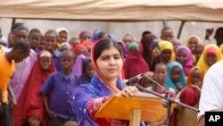 Malala Yousafzai berbicara kepada para pengungsi di kamp Dadaab di Kenya hari Selasa (12/7).