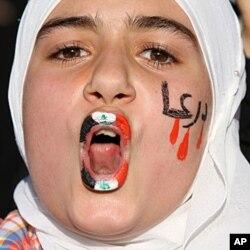 Une manifestante devant l'ambassade de Syrie en Jordanie