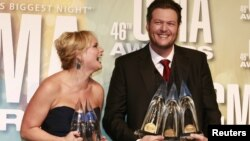 Miranda Lamert y su esposo Blake Shelton posan con sus galardones recibidos durante la 46 Entrega de Premios de la Asociación de Música Country, en Nashville, Tenesi, el 1 de noviembre de 2012.