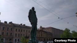 Памятник академику А.Д. Сахарову на площади Сахарова в Санкт-Петербурге