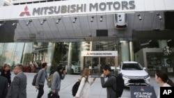 La junta directiva de la automotriz japonesa Mitsubishi Motors, que conforma una alianza con Renault y Nissan, votó el lunes 26 de noviembre de 2018 para despedir a Carlos Ghosn de la presidencia.