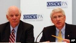 Руководители Хельсинкской комиссии Конгресса США: сенаторы Бен Кардин (слева) и сенатор Роджер Уикер (архивное фото)