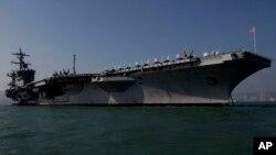 ກຳປັ່ນບັນທຸກເຮືອບິນ USS Carl Vinson ຈອດຢູ່ທະເລໃນ ຮົງກົງ. 27 ທັນວາ, 2011.
