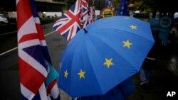 Ilustracija - zastava Velike Britanije i kišobran sa obeležjima Evropske unije tokom okupljanja pristalica i protivnika britanskog napuštanja EU, oktobar 2019 (Foto: AP/Matt Dunham)