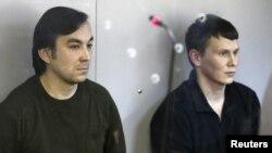 Hai quân nhân Nga Yevgeny Yerofeyev (trái) và Alexander Alexandrov bị bắt tháng trước về tội khủng bố liên quan đến các cuộc xung đột ly khai ở miền đông Ukraine trong một phiên tòa tại Kiev, Ukraine, ngày 18 tháng 4 năm 2016.