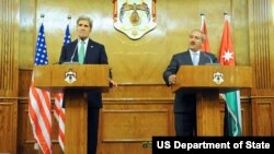 Menlu AS John Kerry (kiri) dan Menlu Yordania Nasser Judeh saat konferensi pers bersama di Amman, Yordania, Kamis (7/11).