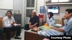 Terpidana kasus terorisme, Abu Tholut (kedua dari kiri), bersama staf Lembaga Pemasyarakatan Semarang, Jawa Tengah. (Foto: Lapas Semarang)