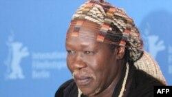 """L'Ougandais Geoffrey Oryema, directeur musical, pose lors d'une séance de photos pour le film """"Invisibles"""" produit par Javier Bardem, présenté dans la section Panorama du 57ème Festival international du film de Berlin, 16 février 2007."""