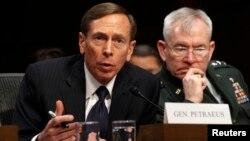 David Petraeus, mantan direktur CIA, mengaku bersalah membocorkan informasi rahasia kepada kekasih gelapnya (foto: dok).