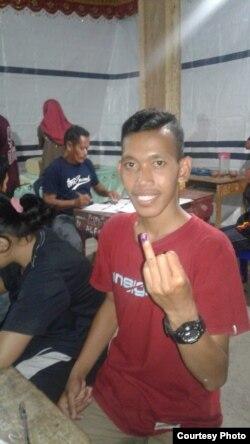 Muhamad Affan, Mahasiswa Universitas Tadulako, memilih di TPS Kabupaten Donggala, Sulawesi Tengah.