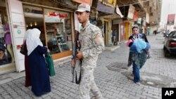 Pasukan keamanan Irak melakukan patroli di distrik Azamiyah, Baghdad (foto: dok). Serangan bunuh diri atas sebuah cafe di Baghdad menewaskan sedikitnya 35 orang (20/10).
