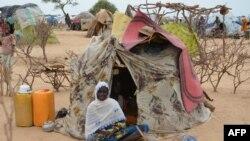 Foto yang diambil pada 16 September 2015 ini menunjukkan seorang perempuan duduk di depan tenda di kamp pengungsi Assaga, yang didirikan oleh PBB tiga bulan lalu oleh pengungsi Nigeria yang melarikan diri dari Boko Haram dari Niger tenggara.