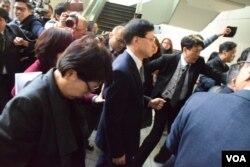 香港新任律政司司長鄭若驊低頭迴避大批記者追訪(美國之音湯惠芸)