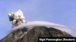Gunung berapi Semeru mengeluarkan asap di tenggara Surabaya, Jawa Timur, 16 April 2005. (Foto: Reuters//Sigit Pamungkas)