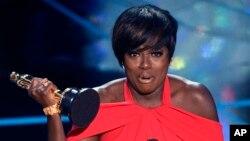 Viola Davis recevant l'Oscar du meilleur second rôle féminin le 26 février 2017. (Chris Pizzello/Invision/AP)