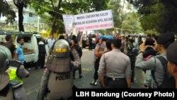 Kelompok yang mengatas-namakan warga menolak kegiatan Jalsah Salanah dari kelompok Ahmadiyah di Bandung akhir September 2018 sementara polisi nampak berjaga. (Courtesy: LBH bandung)