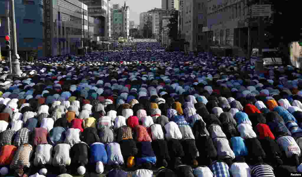 Thousands of believers take part in morning prayers to celebrate the first day of Eid-al-Fitr in Moscow, Russia, August 8, 2013.