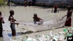 El objetivo es el desarrollo sostenible. Pedirle a la comunidad internacional que garantice el acceso a los servicios sanitarios para 2030. Ejemplo estos jóvenes buscan peces en una cuenca de aguas contaminadas en Delmas, un barrio de Puerto Príncipe, Haití.