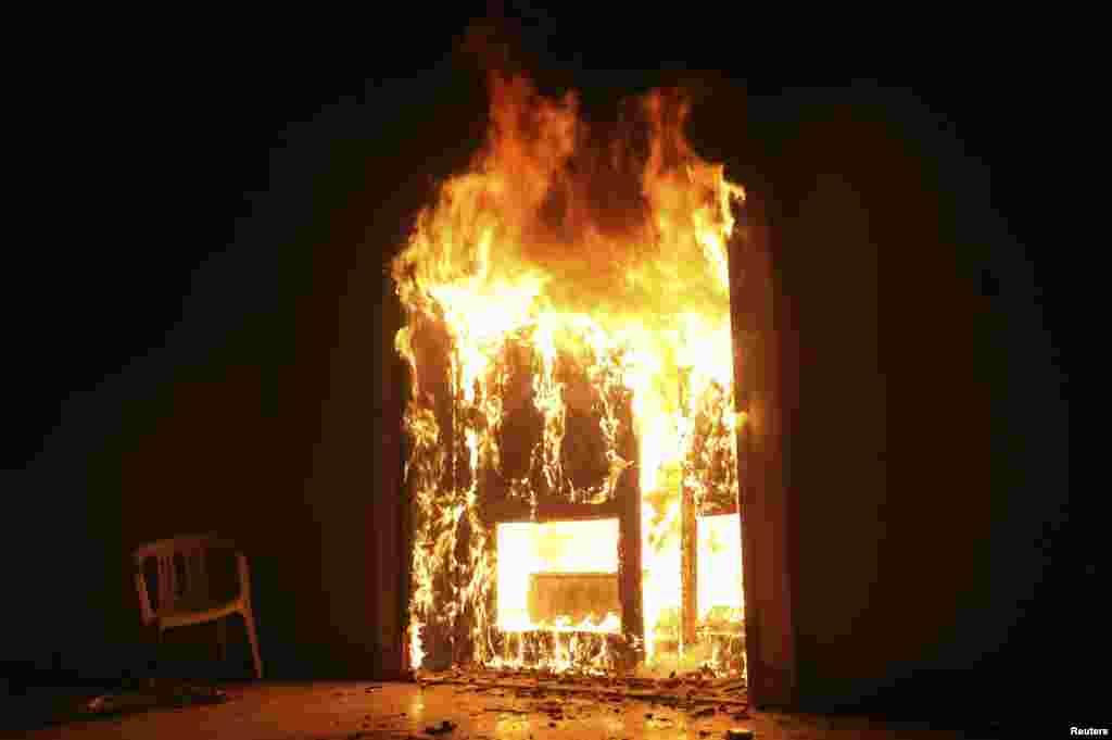 El consulado de Estados Unidos en Bengasi, Libia, quedó en llamas luego de un ataque con lanzacohetes.