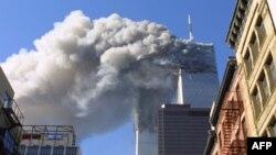 Горят верхние этажи башен Всемирного торгового центра в Нью-Йорке, 11 сентября 2001г. (архивное фото)