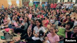 FILE - Some 170 mothers breastfeed their children during a mass breastfeeding event inside a military headquarters in Taguig City, metro Manila, August 2, 2014.