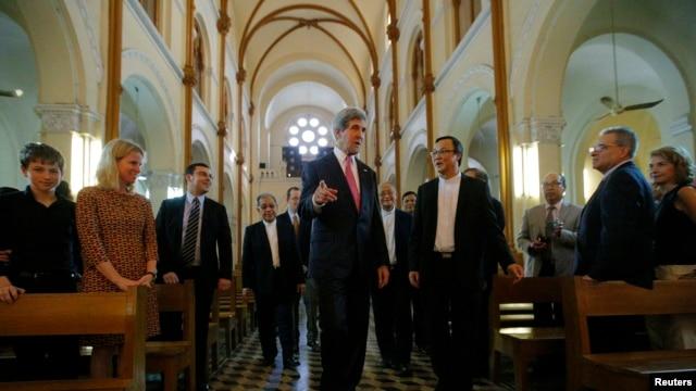 Ngoại trưởng Hoa Kỳ John Kerry dự Thánh Lễ tại Nhà thờ Đức Bà ở Sài Gòn, ngày 14/12/2013.