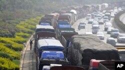 中国昆明的一个加油站前排起了长车队,等待加柴油(资料照片)