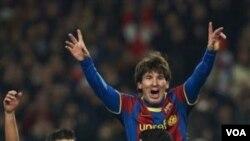 Lionel Messi dan rekan-rekannya merayakan kemenangan Barcelona atas Arsenal dalam pertandingan kedua putaran 16 Besar Liga Champions di Stadion Camp Nou, Selasa (8/3).