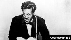 "Chuck Berry fez 90 anos e ""está aí para as curvas"""