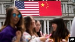 美国首都华盛顿政府办公楼上悬挂的美中国旗 (资料照片)
