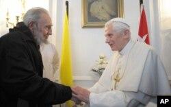 Rim papasi Benedikt XVI Favanada Fidel Kastro bilan uchrashdi. 2012-yil 28-mart.