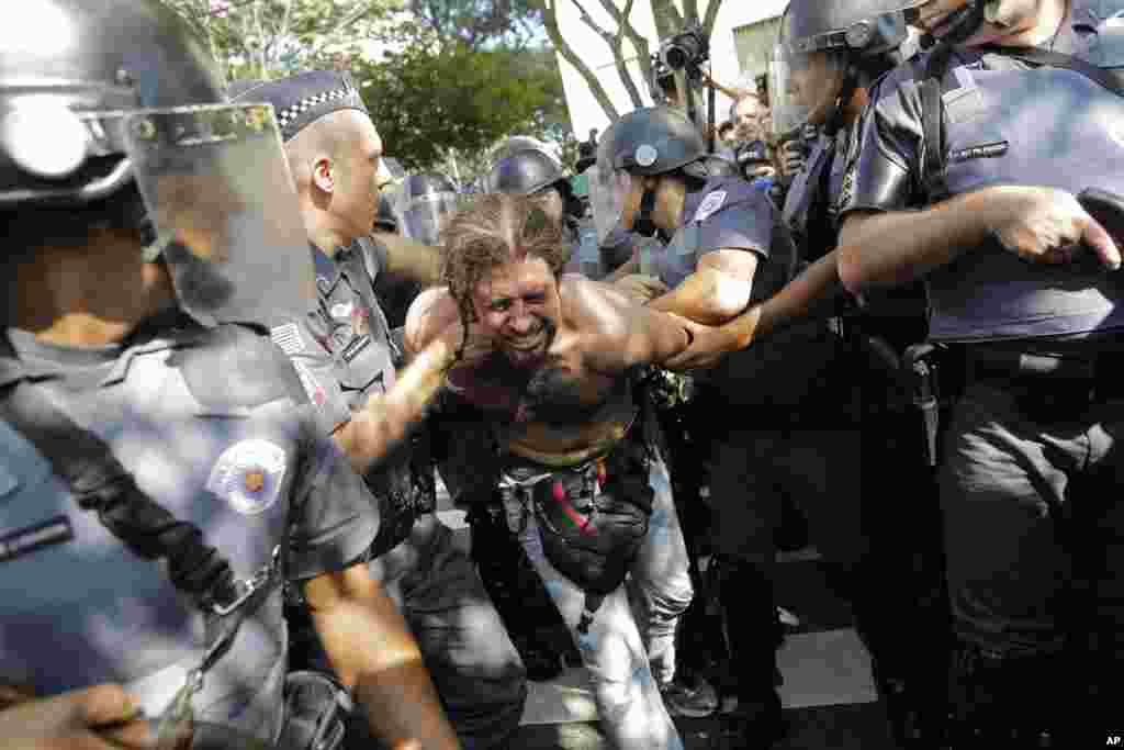 2014 브라질 월드컵 개막을 앞둔 12일 상파울로에서 경찰이 월드컵 반대 시위대를 해산하고 있다.