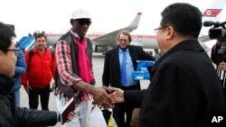 Деннис Родман (в центре) прибыл в международный аэропорт Пхеньяна, КНДР. 6 января 2014 г.