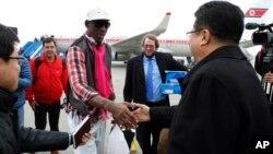 Dennis Rodman es saludado por el viceministro del Deporte de Corea del Norte, a su llegada a Pyongyang.