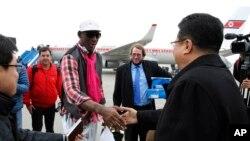 6일 미-북간 친선경기를 위해 미국 선수단과 함께 평양 공항에 도착한 전 미 프로농구 선수 데니스 로드먼(왼쪽)이 마중 나온 손광호 북한 체육 차관과 악수하고 있다.