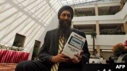 DataWind şirketinin genel müdürü Suneet Singh Tuli ucuz tablet bilgisayarı tanıtırken