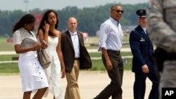 ObamaLe président Barack Obama se rend avec ses filles Sasha, à gauche, et Malia à la vigne de Martha pour des vacances en famille, samedi 6 août 2016.