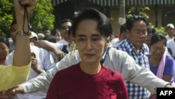 Myanmar opposition leader and head of the National League for Democracy (NLD) Aung San Suu Kyi (C) visits a polling station in Kawhmu township, Yangon, Nov. 8, 2015.