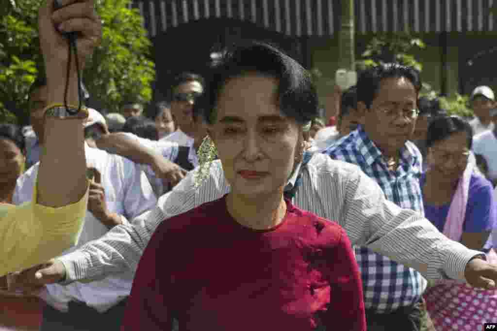 فوج کی طرف سے تیار کردہ آئین کے مطابق آنگ سان سو چی پر صدر بننے کی ممانعت ہے کیونکہ ان کے بیٹے برطانوی شہریت رکھتے ہیں۔